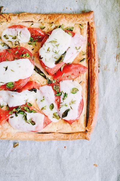 Nieskomplikowana tarta z pomidorami, kozim serem i tymiankiem