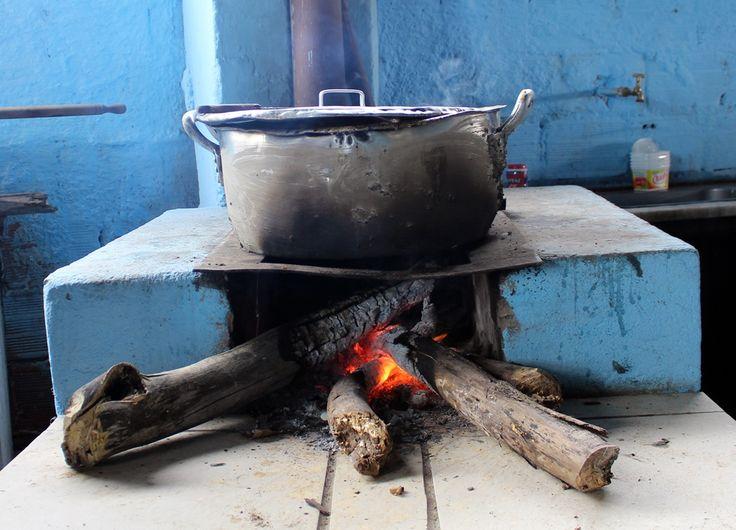 Fogão à lenha preparando o almoço em comemoração ao Dia da Consciência Negra na Comunidade dos Arturos, a primeira comunidade negra do Brasil a ser reconhecida como Patrimônio Cultural, localizada em Contagem (MG).