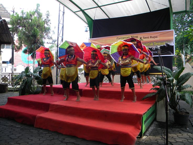 Children from Pondok Tali Rasa are dancing titled Payung Merah Putih (Umbrella of red white which is the color of Indonesian flag).