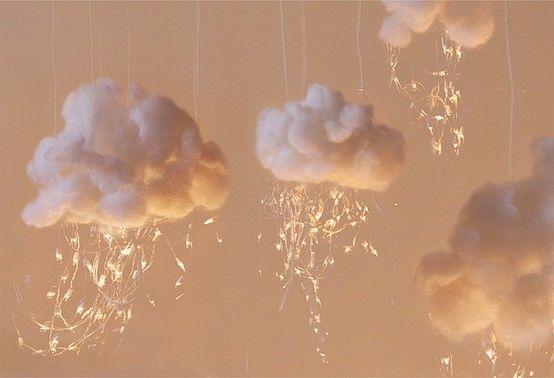 Pendurar luzes icicle desde esculturas de nuvens fofas.