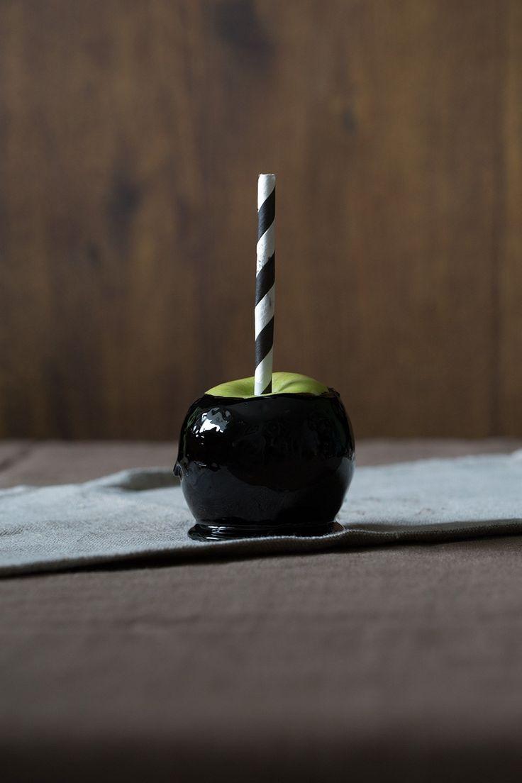 An apple a day …oder so. Vielleicht wäre Schneewittchen auf den Trick mit dem Apfel nicht hereingefallen, wenn dieser so schaurig schön und schwarz gewesen wäre wie diese. Jetzt wo Halloween …
