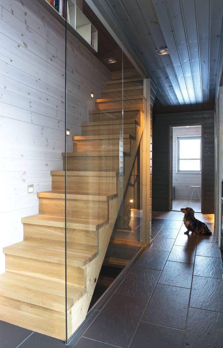 OPPTUR: Trappen er laget av enbenkeplate. Fremfor ålage et lukket trappeløp,valgte Trine å sette inn englassvegg. Den byggercirka fem centimetermindre enn en vegg villegjort, og gjør det dessutenlysere.
