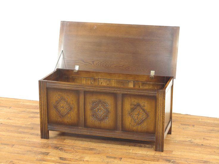 すっきりとしたデザインに可愛らしい彫刻が魅力の英国コファーです。 そのシンプルな構造は現代のお部屋空間でも大活躍間違いなしの収納アイテムです。 ブランケットボックスとしてはもちろんのこと、おもちゃ箱や道具箱としても人気のアイテムです。 ID53026 品名コファー 原産国イギリス 材質オーク材 年代1940年頃 サイズW 1100 x D 460 x H 545 送料例クロネコヤマトらくらく家財便Bランクでのお届け 送料例:愛知県3,800円・東京都4,050円・宮城県5,200円・福岡県4,800円  #アンティーク #インテリア #家具 #ブランケットボックス #コファー #英国家具