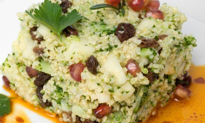 Receta deensalada de mijo con vinagreta de pimentón, una ensalada original y fresca con brócoli, manzanas, granada y pasas. Receta de Bruno Oteiza.
