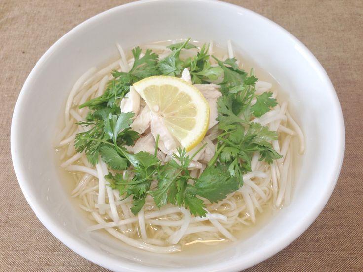 パクチーのフォー風エスニックそうめん by 伊藤佑太 / 夏の定番麺料理のそうめんを温かく、フォー風のエスニック麺にしました。パクチーの香りとレモンの酸味が食欲をそそります。そうめんはエスニック風味のスープでも美味しいですね。 / Nadia