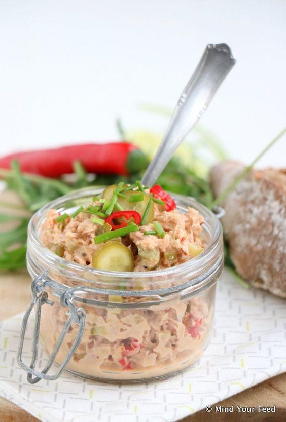 pittige tonijnsalade 1 blikje tonijn (op water, MSC) 1/2 limoen 1/4 rode peper 3 augurken 2 takjes verse bieslook 1 el mayonaise 1 el Griekse yoghurt 1 tl mosterd 1 tl sambal 1 tl kurkuma 1/2 tl komijn