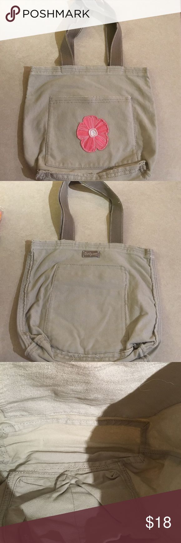 """Thirty-One Mini Retro Metro Bag Thirty-One Mini Retro Metro bag, bought used, I never used it, it is in Excellent condition... like brand new! Strap drop of 11"""" Thirty-One Bags Mini Bags"""