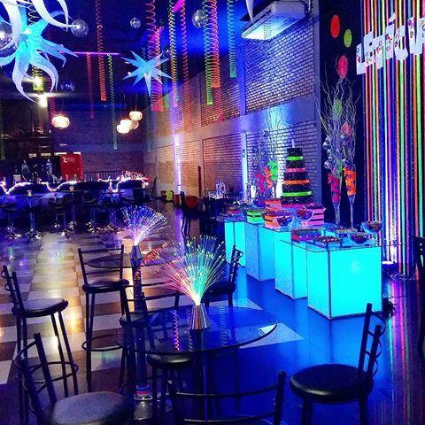 Como eu havia prometido, olha aqui como ficou a festa #neon de #15 anos da Leticia na @funhousedf.  #festade15anos estilo #disco #festaneon #flowerdesign #glowparty #glowdecor