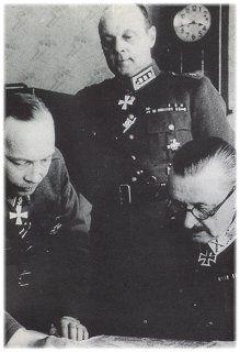 Päämajoitusmestari Airo, yleisesikunnan päällikkö Erik Heinrichs ja marsalkka Mannerheim.