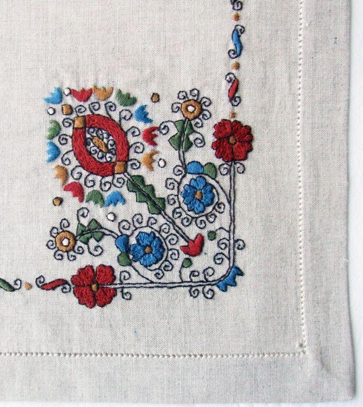 Dr. Apátiné Csapó Anna (hímző) Sárközi színes hímzéses terítő http://www.folio.hu/kepek/fa/500156_r1.jpg