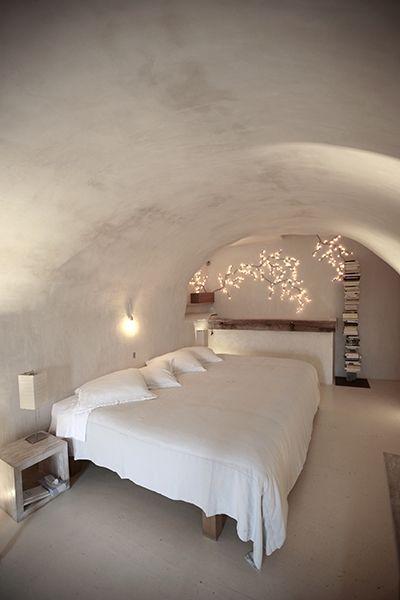 slaapkamer wit gewelf takken lichtjes romantisch