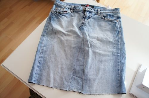 Ich hatte euch ja versprochen, dass ich hier zeige, wie der Jeansrock  vom letzten Me Made Mittwoch entstanden ist.     Also: zuerst habe i...