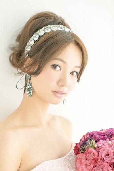 艶やかなアップスタイルでピンクのドレスを大人っぽく/Front|ヘアメイクカタログ|ザ・ウエディング