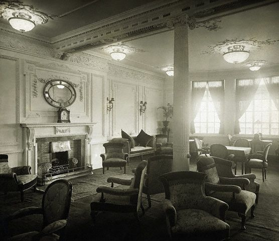 Description  English: Reading and Writing Room on the A-Deck aboard Titanic.  Français: Le salon de lecture et de correspondance du Titanic, situé sur le pont A.  Date1912
