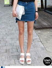 Today's Hot Pick :切りっぱなし裾アンバランスデニムスカート http://fashionstylep.com/SFSELFAA0013037/hkm0977jp/out ヴィンテージな裾切りっぱなしデニムスカート!! 前後アンバランスな丈感で動きやすくラクラクです♪ 若干余裕のあるシルエットで着心地も抜群◎ カジュアルなTシャツはもちろん フェミニンなシフォンブラウスとも好相性です☆ ◆2色:ブルー/ライトブルー