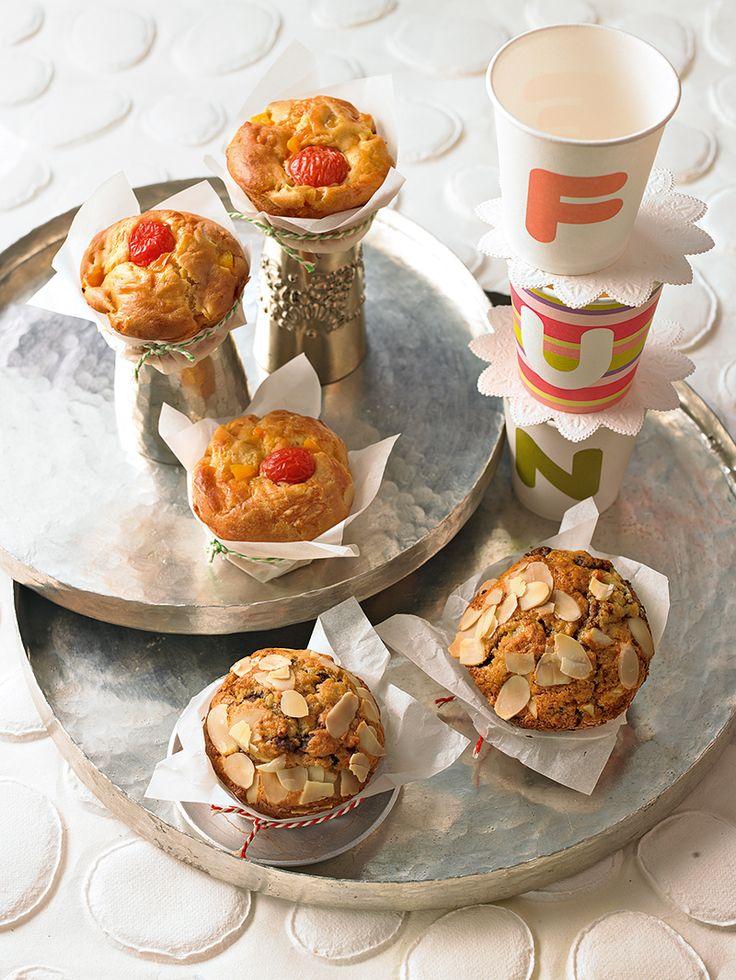 Zwei Varianten von Muffins - mit Schokolade und Mandeln oder Paprika, Tomate und Gouda