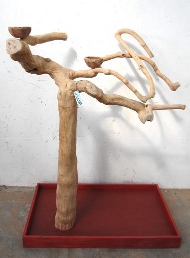 Java Tree II    Precioso parque de juegos para loros de mediano y gran tamaño fijado sobre base de madera tratada con perfil tallado a mano. Dispone de ruedas para un sencillo desplazamiento.