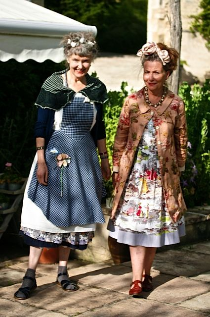 les soeurs anglaises - and Julie appears to be wearing a 'Brown Eyed Susan' shawl designed by JuJu Vail for Loop!