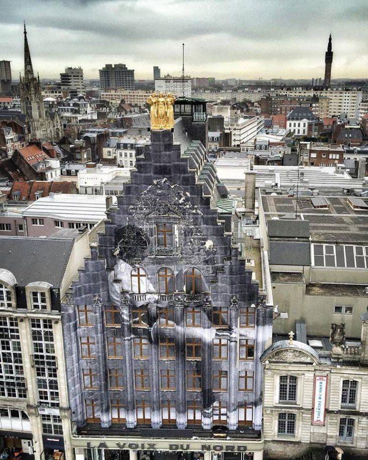 Έργο τέχνης στην πρόσοψη του κτηρίου La Voix du Nord, στο Λιλ της Γαλλίας. Το θέμα του έργου είναι η μετανάστευση.