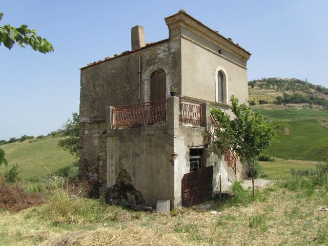 Lovely rural house made of bricks partially restored measuring approximately 64 sqm on two floors for sale in Molise, precisely in Guglionesi (Campobasso)..