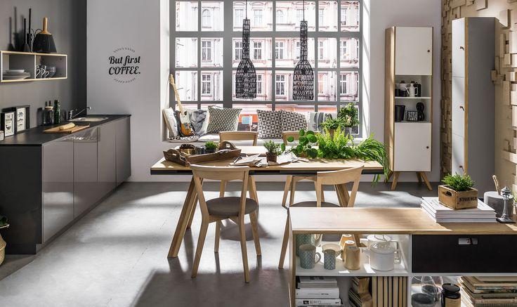 Cechy i korzyści: Dzięki dwustronnemu dostępowi do zawartości komody, może ona pełnić rolę mebla dzielącego dwie przestrzenie np. kuchnię i jadalnię czy kuchnię i pokój dzienny. Skośny układ nóg ...