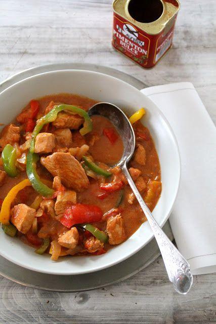 Paprikakylling er så enkelt som det høres ut som – kylling i en saus krydret med paprika med gul, rød og grønn paprika. Og litt løk da. Enkelt å tilberede og enkelt å servere – rett fra gryta med poteter eller ris. Paprikakylling (4 -6 personer) 1 løk, skivet 1 rød paprika i skiver 1 [...]Read More...