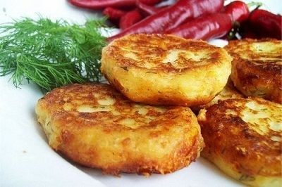 Котлеты из картофеля с сыром.Картофель варим в подсоленной воде до готовности. Затем перетираем в картофельное пюре.