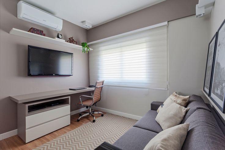 Home Office neutro, sem forro de gesso, iluminação indireta pá com foco da A. de Arte, mobiliário Líder Interiores, sofá cinza, mesa de encaixe.  Mesa de trabalho em mdf gianduia, cadeira escritório Eames em couro caramelo.