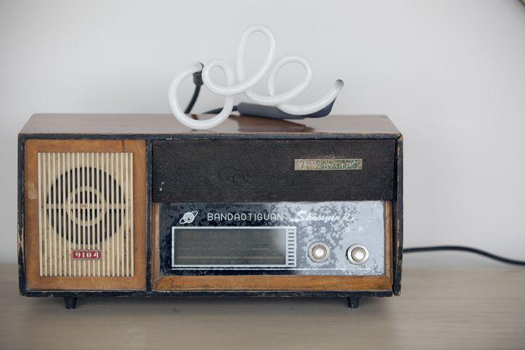 Radio retro con neon ole blanco