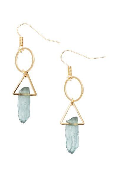 Lange oorbellen: Een paar oorbellen van goudkleurig metaal met een ronde en een driehoekige hanger met een transparante kunststof steen. Lengte 5,5 cm.