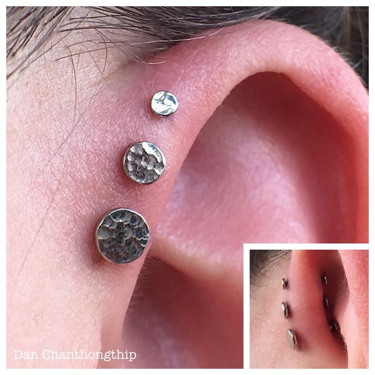 Anatometal 18k White Gold Hammered Disk for this triple forward helix! Center and top were pierced my yours truly at Fidelity Tattoo Co, bottom was pierced by Lynn Loheide at Amato Fine Jewelry & Body Piercing in FL! #danchan #fidelitytattooco...
