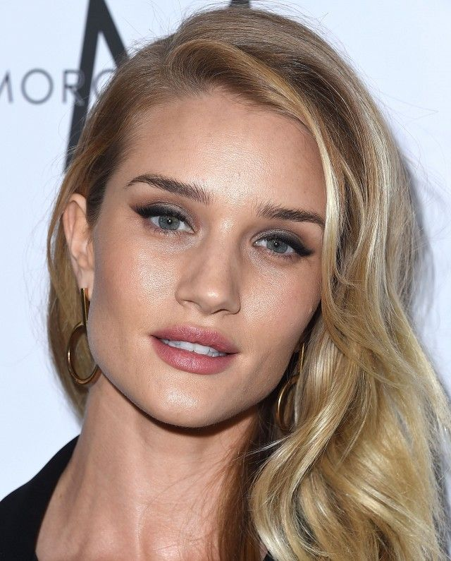 Rosie Huntington-Whiteley's winged eyeliner and champagne-colored eye shadow are the perfect match