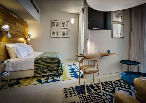 alfombras coloridas, el resto blanco y madera