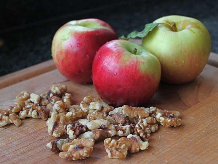 Ένα νοστιμότατο επιδόρπιο με μήλα και καρπούς.