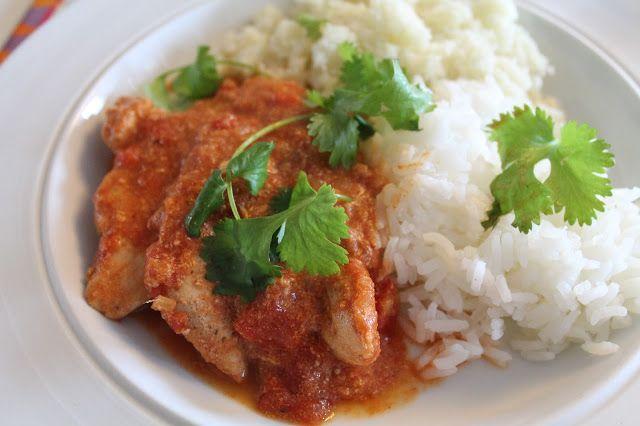 Jeg er ret vild med indisk mad, og det her er en af klassikerne, som altid kan fås hos indiske restauranter og indiske take-away. Chicken tikka masala er kylling, som bliver marineret i en yoghurtmarinade i 3 timer og bliver helt mør, så steges de på panden, imens sovsen laves i en anden pan....