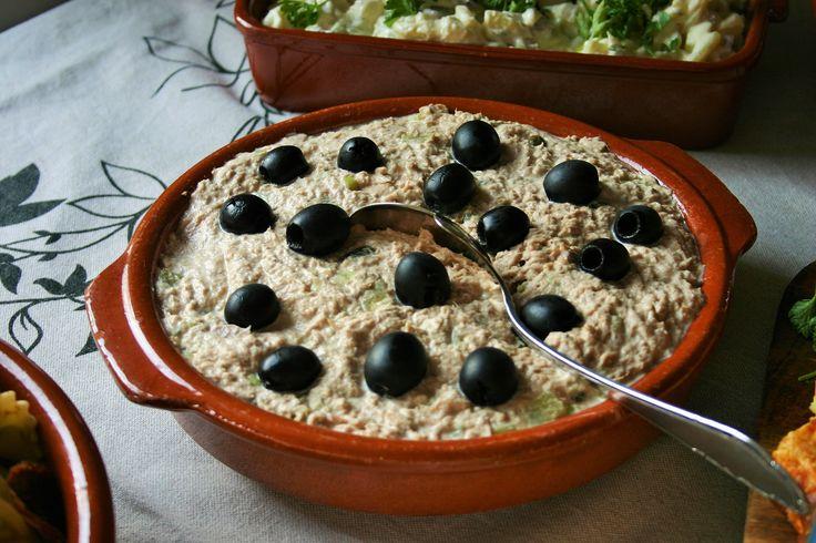 Tonijnsalade - 8x makkelijke tapas - Simpele succesvolle Spaanse heerlijke tonijnsalade - Fris door augurkjes - Spaans door de versiering met zwarte olijven – BBQ – Tapasfeestje – mels Feestje