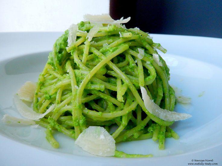 Ce verde frumos, nu-i așa? Am pregătit pentru voi niște spaghete cu pesto din pătrunjel, sunt pe masă în 10 minute, sunt aromate, colorate și bune! Ingrediente 1 porție: 100 g spaghette 1legătură ...