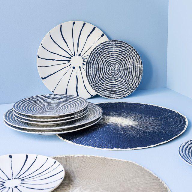 Fly#Set de table SOTI - D38 cm - 100% papier tissé à la main - Existe en coloris beige et bleu - Prix : 2,49 euros/ Assiette plate KHAO - D28 cm - En grès mat coloris bleu - Prix : 3,99 euros/ Assiette à dessert KHAO - D20 cm - En grès mat coloris bleu - Prix : 3,49 euros