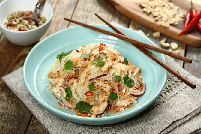 Sałatka z makaronem ryżowym i kurczakiem po tajsku z orzeszkami ziemnymi