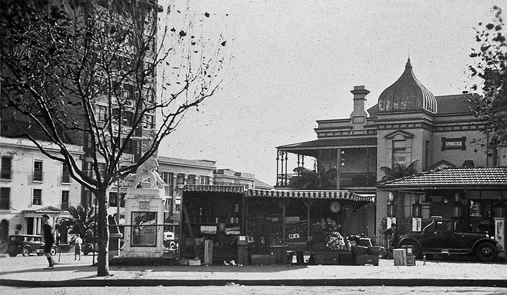Fruit stall in Springfield Ave,Potts Point in the eastern suburbs of Sydney in 1933.