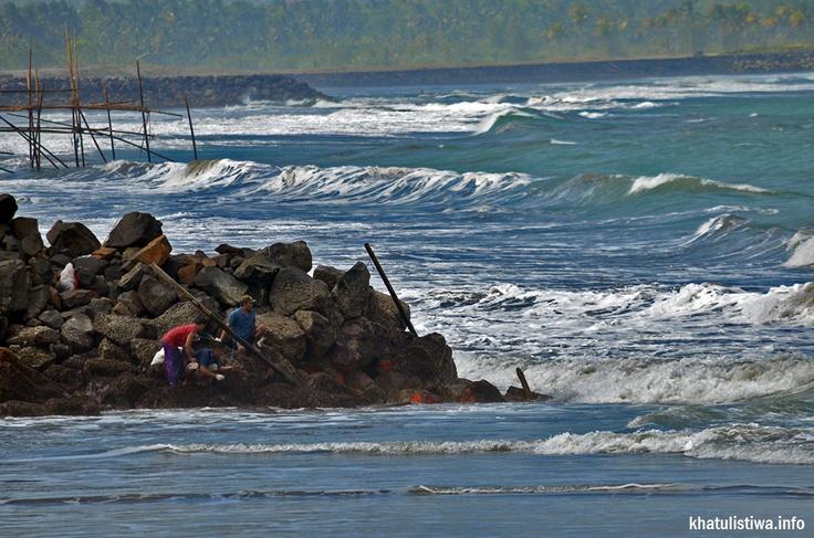 nelayan dan masyarakat setempat yang sedang mencari ikan pondasi pemecah ombak #pangandaran