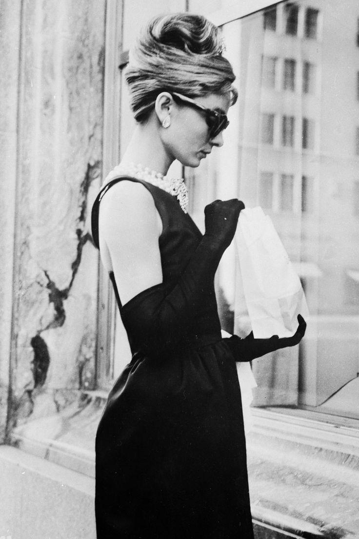 la tendencia blanco y negro en clave 60's con shopping e imágenes de la época: Audrey Hepburn con vestido de Givenchy en Desayuno con Diamantes