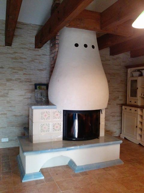 Kominek z malowanymi kogutkami. Kominki kaflowe, piece kaflowe. Fireplaces.   http://www.ceramikaiszklo.riwal.pl/