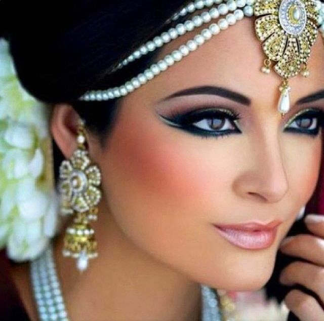 Love her makeup and matha patti