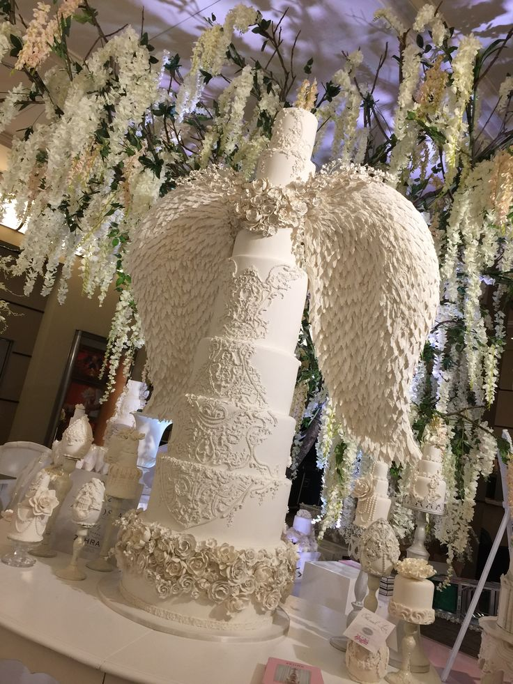 Beautiful wedding cake at this years WedLuxe show.