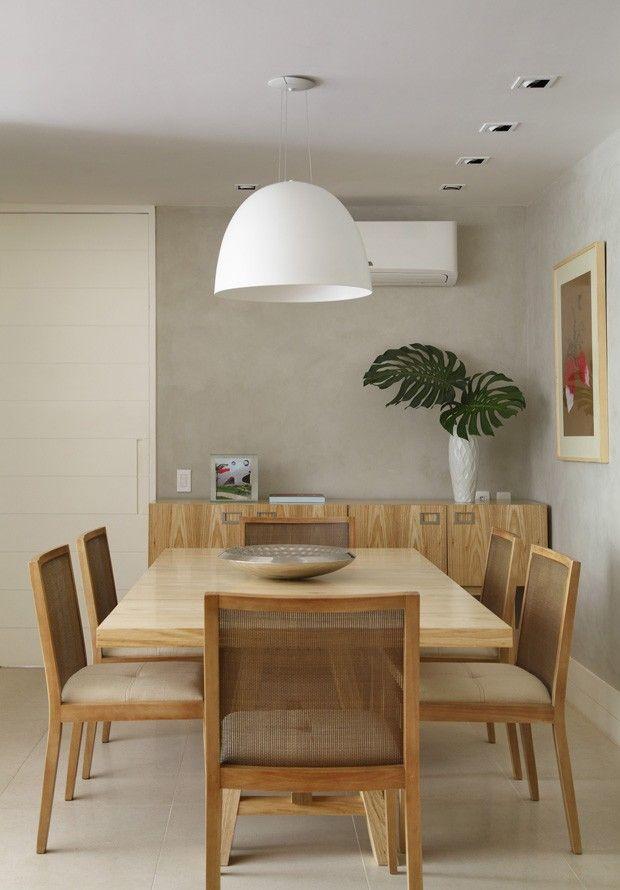 Sala de Jantar | Seguindo o estilo clean do lar, o espaço tem mesa, cadeiras e buffet em madeira assinados pela designer Maria Cândido Machado, à venda na Interni. Lustre da Ponto de Luz. Quadro da Mitzi Bergalo  (Foto: Juliano Colodeti - MCA Estúdio/Divulgação )