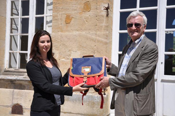 Tann's , partenaire d'ACTION ENFANCE, a financé l'ensemble des livres de la catégorie « cadets » et offert aux enfants plus de 400 trousses. 150 cartables avaient déjà été offerts pour la rentrée 2014/2015.  Elodie, de l'équipe Tann's à Marseille a fait le déplacement en région parisienne, l'occasion pour elle de rencontrer les enfants, notre président et l'équipe organisatrice du Prix, mais aussi de présenter la nouvelle collection de cartables pour la rentrée 2015.