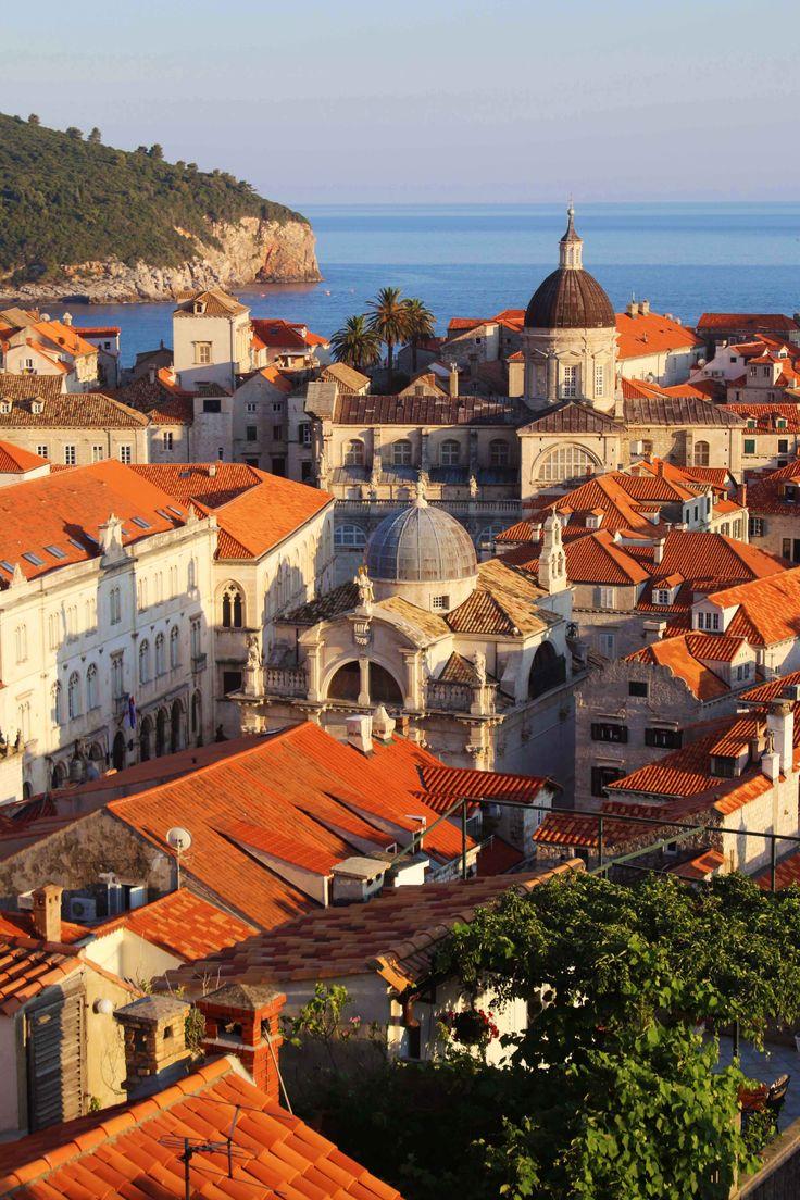 Dubrovnik o Ragusa llamada ''la perla del Adriático'' es una ciudad de la costa dálmata, Croacia. Para ver mis aventuras por Croacia visita mi web: https://unachicatrotamundos.wordpress.com/2016/08/01/dubrovnik-la-perla-del-adriatico/