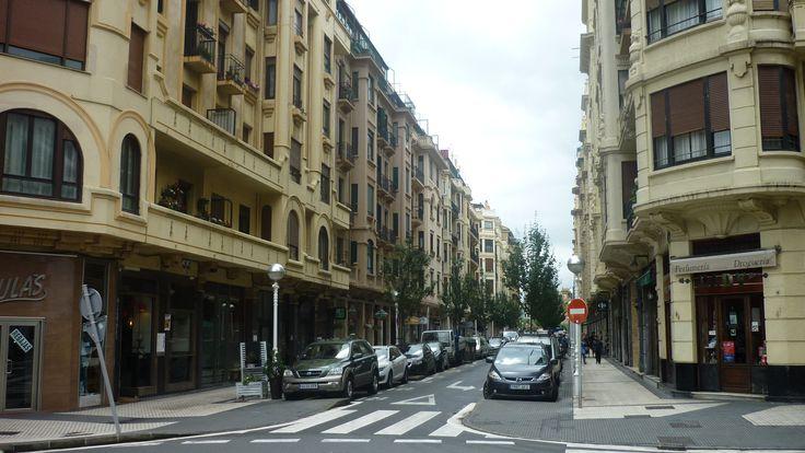 El Restaurante Aitzgorri, a la izquierda de la imagen, se ubica en el número 20 de la Calle Usandizaga de San Sebastián. En el artículo de nuestro blog puedes conocer la historia del ilustre donostiarra que da nombre a esta calle: José María Usandizaga