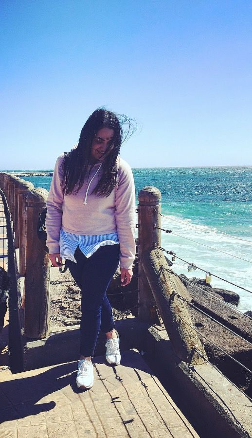 Outfit playa  Poleron rosado Blusa  Jeans  Zapatillas blancas  Playa  Sporty chic